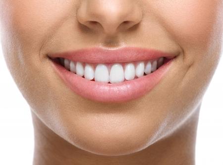 close-up van glimlach met witte tanden heatlhy