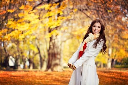 otoño: Mujer joven en un hermoso parque de otoño, otoño concepto
