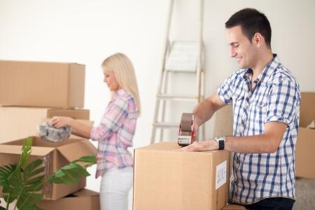 junge Verpackung bewegte Paar Boxen, bereit für Umzug aus