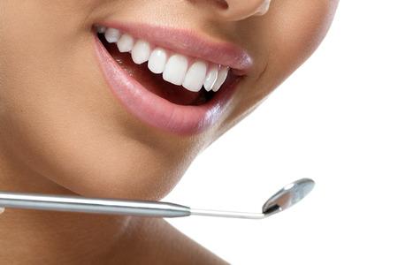 femme bouche ouverte: Dents de femme sain et un miroir de dentiste bouche