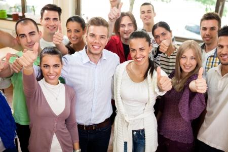 幸せと笑顔を求めている学生のカジュアルなグループ 写真素材
