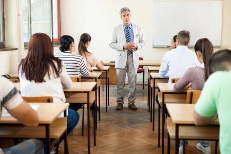 교수가 교실에서 자신의 학생들에게 강의 스톡 콘텐츠