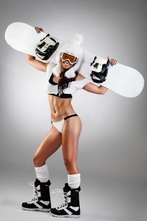 ni�as en ropa interior: Mujer vestida sexy con el snowboard Foto de archivo