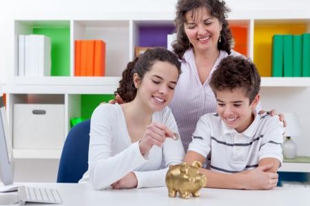 그녀의 아이들은 가족이 절약 된 piggybank에 돈을 넣어 어머니