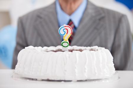 anciano feliz: torta de cumplea�os con un signo de vela Foto de archivo