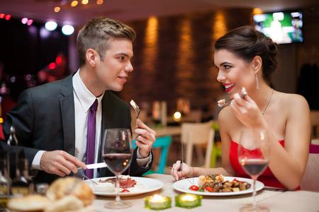diner romantique: couple romantique dans l'amour sur le d�ner dans le restaurant