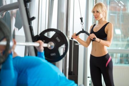 krachtige vrouw: Fitness - krachtige vrouw tillen gewichten in gym club Stockfoto