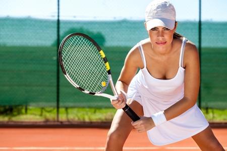 Portret van een jonge tennisser staan klaar voor een serveren