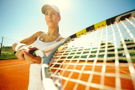 jugando tenis: Hermosa niña deportiva jugando tenis muy apasionadamente