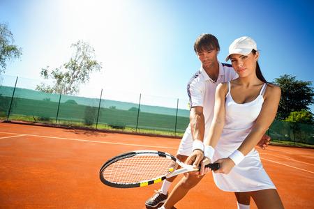 Deportiva joven mujer y su entrenador durante la práctica del tenis Foto de archivo - 26754173