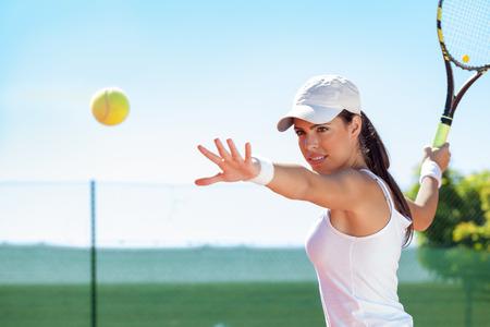 テニス プレーヤーがボールを打つ