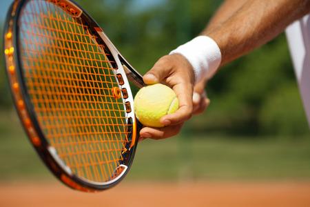 jugando tenis: Primer plano de un jugador de tenis de pie listo para un servicio