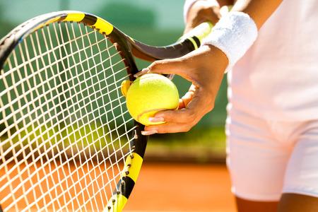 tennis racket: Mano del jugador con la pelota de tenis que se prepara para servir Foto de archivo