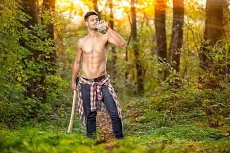 Agua potable leñador de fitness en el bosque Foto de archivo - 28444836