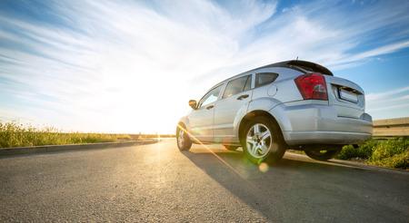 grijze auto op weg op zonnige dag