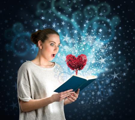 Mladá žena čtení kouzelnou knihu