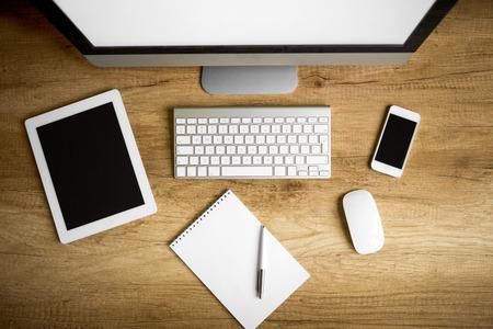 tabulka: Kancelářské potřeby, pomůcky na dřevěném stole, pohled shora