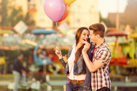 솜사탕으로 그의 여자 친구를 먹이 사랑에 젊은 낭만적 인 남자
