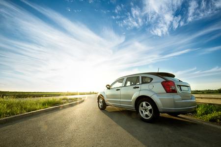 moderne auto op weg wih met zon reflecties