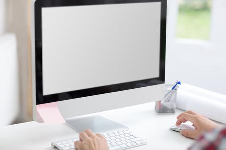 작업 책상에 빈 컴퓨터 화면