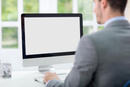 red informatica: Empresario mirando la pantalla del ordenador Foto de archivo