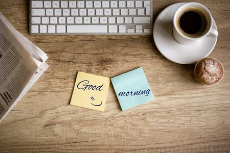 teclado: Vista superior de la mesa de trabajo en la mañana, el concepto - buenos días Foto de archivo
