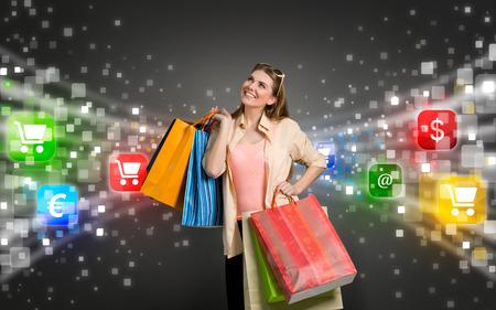 gelukkige winkelen vrouw omringd door gloed pictogrammen van e-commerce Stockfoto