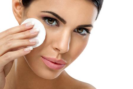 pulizia viso: cura della pelle donna di rimuovere il trucco viso con un batuffolo di cotone tampone - concetto di cura della pelle. Archivio Fotografico
