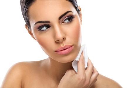 schöne Frau Reinigung der Haut mit feuchten Tüchern