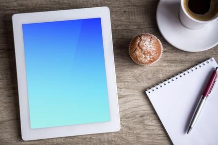tabla de surf: Tablet con la taza de caf� y papel vac�o sobre fondo de madera