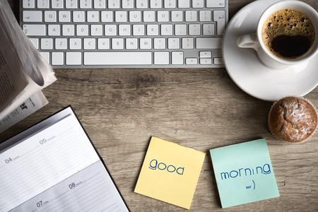 아침: 스티커 메모 용지와 오래 된 나무 책상에 커피 한잔과 디지털 태블릿 컴퓨터. 간단한 작업 공간 또는 아침에 커피 브레이크 스톡 사진