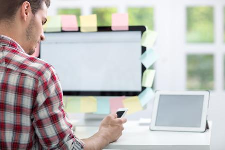 notas adhesivas: Hombre delante de monitor con notas adhesivas en �l