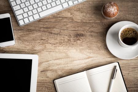tabulka: Dřevěný stůl s kancelářskými potřebami, pohled shora