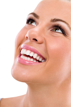 Belle large sourire de jeune femme douce avec de grandes dents blanches en bonne santé, isolé sur fond blanc Banque d'images - 31581740