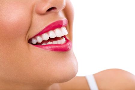 diente: Mujer de risa sonrisa con dientes grandes.