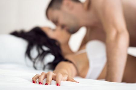 Paar seks, vrouwelijke hand grijpen sheet Stockfoto