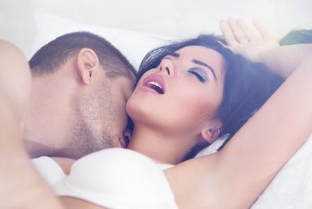 sexo cama: close up de heterosexual pareja teniendo sexo Foto de archivo