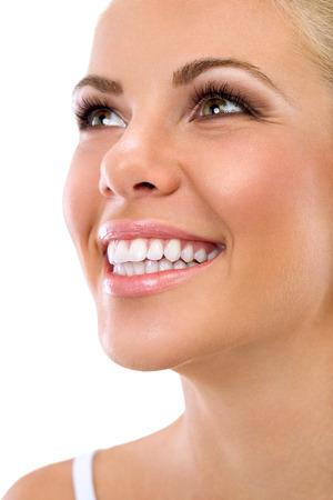 healthy teeth: Hermosa sonrisa de mujer joven con grandes dientes blancos sanos, aislados sobre fondo blanco