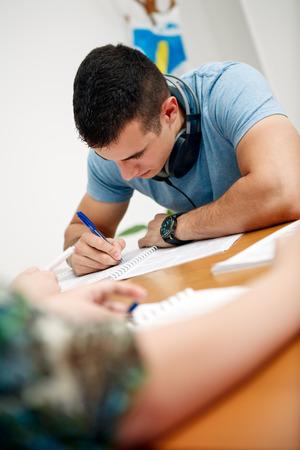 男子生徒を教室でテストをしました。