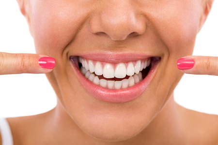 dentition: Donna sorridente che mostra i suoi denti bianchi e perfetti Archivio Fotografico