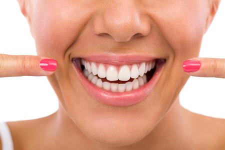 s úsměvem: Usmívající se žena ukazuje její dokonalé bílé zuby Reklamní fotografie