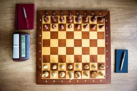 Schaakbord met schaken en klok, bovenaanzicht