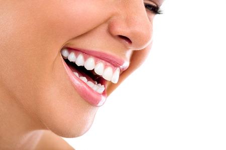 dientes: Sonrisa hermosa de la mujer aislada en el fondo blanco.