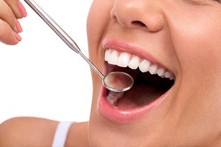 femmes souriantes: Grand sourire sain avec miroir de dentiste, soins dentaires