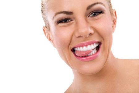 건강한 치아와 그녀의 혀를 물고하는 재미 있은 여자