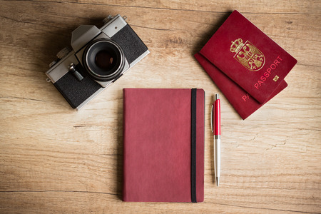 foto carnet: C�mara de la foto y el pasaporte en escritorio de madera Foto de archivo