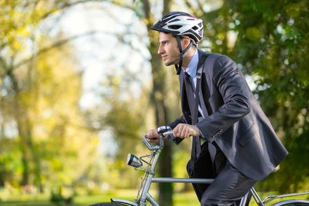 bicicleta: Joven hombre de negocios en una prisa en bicicleta al trabajo