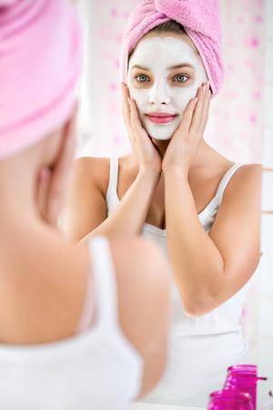 Jours de beauté, jeune fille avec une serviette sur la tête et le masque cosmétique Banque d'images - 34939091