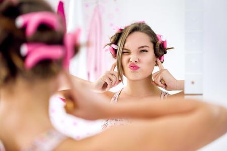 Gesto adolescente de la muchacha y la actividad no escuchar, concepto ignorancia