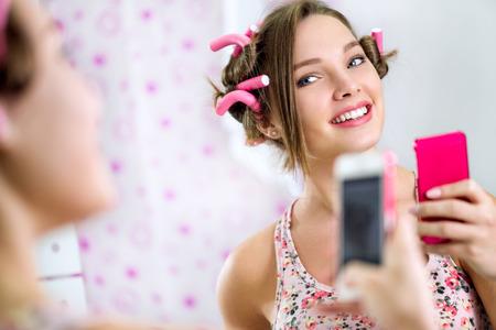 cute teen girl: Девочка-подросток делает себя в ванной комнате зеркало передней